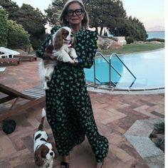 И после 70-ти можно великолепно выглядеть и со вкусом одеваться. И обратите внимание – как всё просто и естественно.   Итальянский модный дом Moschino многим обязан Роселле Джардини , которая после смерти его основателя Франко Москино в 1994 г. успешно возглавила ныне процветающую компанию . ДомMoschino появился в мире моды в 1983 г. […]