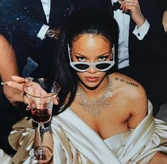 Shared by beyourself. Find images and videos about style, beauty and Queen on We Heart It - the app to get lost in what you love. Rihanna Outfits, Mode Rihanna, Rihanna Riri, Rihanna Style, Rihanna Photoshoot, Rihanna Fenty Beauty, Rihanna Money, Rhianna Fashion, Rihanna Swag