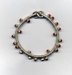 Armband aus Silberösen mit Silberschälchen, in denen jeweils ein runder Karneol wie in einem Nest geborgen sitzt. #Schmuck