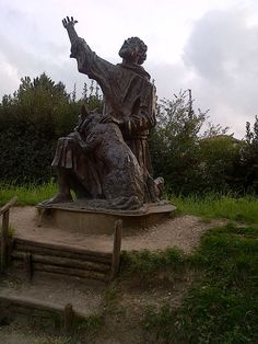 Gubbio - Guía Samuel Bosque Garden Sculpture, Lion Sculpture, Italy, Statue, Outdoor Decor, Woods, Art, Italia