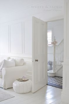 White & Faded is more than restoring furniture! Living Room Grey, Rugs In Living Room, Home And Living, White Lounge, White Rooms, White Houses, Shabby Chic Homes, White Decor, Decoration