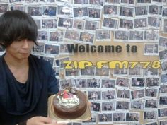 [Champagne]2012/6/22 ZIP-FMにて川上洋平がナビゲートするFINDOUT-inside out-の収録をして来ました。 本日、記念すべき年齢不詳の誕生日を迎えた洋平氏。ZIP-FMの皆さんにお祝いして頂きました! にーやん