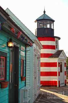 ✮ A lighthouse and novelty stores line the pier in historic Captain's Cove Marina in Bridgeport/Black Rock, Connecticut
