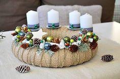 Vianočný adventný veniec so zeleno-modrými guličkami