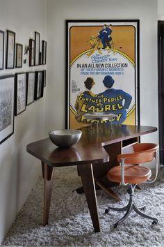 Apartamento de Consuelo Cornelsen, arquiteta e marchand, com muita arte e design, como esta mesa sensacional.