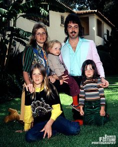 Paul & Linda McCartney by James Fortune Paul Mccartney Kids, Paul Mccartney Beatles, Mary Mccartney, Paul Mccartney And Wings, Sir Paul, John Paul, Family Photo Album, Family Posing, Family Pictures