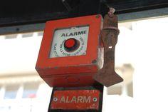 Mester Bielefeld - bei Feuer Scheibe einschlagen und roten Knopf drücken.
