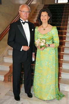 The Queen was sommarsöt in lime green dress.