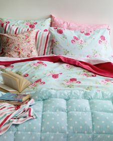 I could just throw myself into this bed right now ... but might get sidetracked by the book !