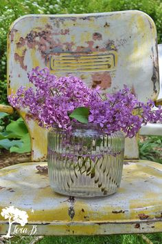 Lilacs on a vintage lawn chair. Vintage Metal Chairs, Metal Lawn Chairs, Funky Chairs, Vintage Patio, Garden Lamp Post, Garden Lamps, Picture Frame Wainscoting, Stencils, Faux Beams