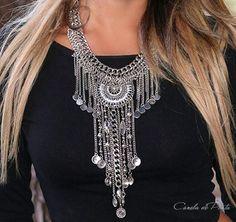 Collar babero largo con colgantes y medallón por CaneladePlata