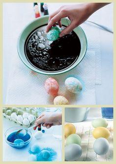 As técnicas de tingimento são fáceis. Na hora de secar, use uma prancha com pregos para apoias os ovos.