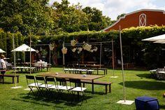 Mesa de madera con banco para bodas en jardín. ¡Alquílalas!