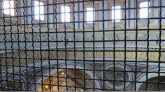 Nesta outra foto enviada por Carlos Alberto Diniz, a grade de arame que protege os observadores que se aventuram a subir até a cúpula da basílica de São Pedro, na cidade do Vaticano, em Roma, Itália.