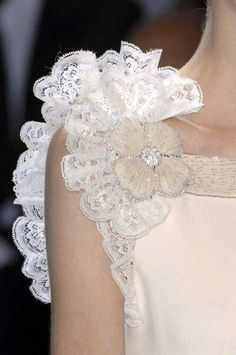 Le A la Mode — wink-smile-pout: Valentino Spring 2007 Style Couture, Couture Details, Fashion Details, Couture Fashion, Fashion Design, Couture Ideas, Mode Glamour, Mode Top, Pearl And Lace