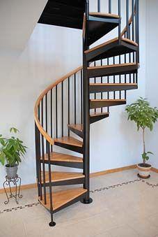 Escalera de caracol con barandilla forrada de madera