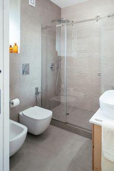 Bagno con doccia: bagno in stile di manuarino architettura design comunicazione | homify Small Space Bathroom, Laundry Room Bathroom, Small Spaces, Bathrooms, Spa Design, House Design, Shower Cabin, Bathroom Interior, Cladding
