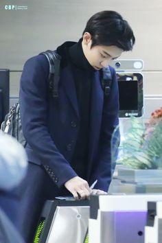 Chanyeol - 151030 Incheon Airport, arrival from Beijing Credit: ChanBaekPeers. (인천공항 입국)