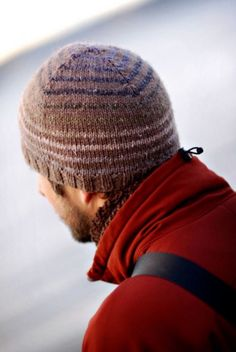Turn a Square by Brooklyn Tweed. A simple striped beanie pattern that plays with self-striping yarns and is perfect for using up worsted weight yarn scraps and practicing the jogless stripe technique. Brooklyn Tweed, Knitting Patterns Free, Free Knitting, Free Pattern, Hat Patterns, Crochet Patterns, Beginner Knitting, Knitting Daily, Knit Crochet