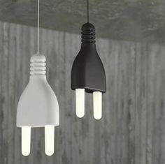 『PLUG LAMP』は、一風変わったコーディネートを目指す方にぜひチャレンジしてほしいアイテムです。 巨大なコンセントプラグを模したこちらの照明。二本の電極がそれぞれ電球になっており、ペンダントライトとして使うことができます。  色はブラック/ホワイトの二種。店舗インテリアにもいかが?(via Propaganda Shop)