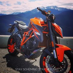 The balance of the color scheme on this KTM is just right. IG: @thegnuaddict #motorcycle #bikelife #ktm #1290superduke