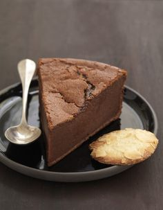 Dans une casserole, faites chauffer le chocolat cassé en morceaux avec le lait et la crème. Mélangez les oeufs, la farine et le sucre. Versez petit à petit le lait crémeux au chocolat en mélangeant. Beurrez le moule à manquépuis versez la préparation. Faites cuire 18 à 20 minutes dans votre four préchauffé à Th.7 (200°C). Coupez en parts, enfoncez un biscuit dans chaque part.