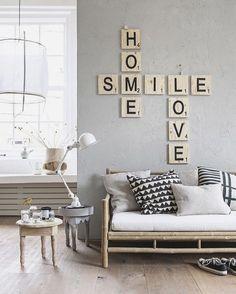 Apaixonada nessa decoração em tons claros, e essa cruzadinha na parede deu um toque a mais no ambiente.