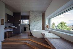Sehr schönes Kunden-Bad mit der freistehenden Mineralguss Badewanne Luino. Die…