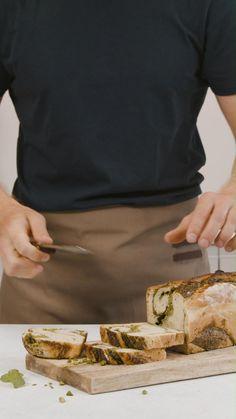 Suchst du nach einem leckeren Apéro Rezept? Mit diesem Basilikum Brot wirst du bestimmt alle mega glücklich machen! Brunch, Camembert Cheese, Dairy, Videos, Pistachios, Basil, Play Dough, Bread, Backen