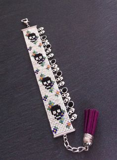 Skull and flowersCuff Bracelet with skulls silver charms and Swarovski Cristal ! Loom Bracelet Patterns, Seed Bead Patterns, Bead Loom Bracelets, Beaded Jewelry Patterns, Beading Patterns, Motifs Perler, Beaded Banners, Brick Stitch Earrings, Tear