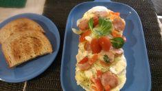 Do misky ( vhodné do mikrovlnky ) rozložíme vařené brambory, osolíme, opepříme, poklademe cibulí, šunkou, paprikou, sýrem, bylinkami a zalijeme... Baked Potato, Microwave, Tacos, Potatoes, Baking, Ethnic Recipes, Food, Red Peppers, Potato