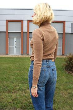 ак и с чем носить водолазку - стильные заметки Julia from Wearnissage style #redlips #краснаяпомада #turtleneck #howtowear #beigsweater #chicoutfit #suede #minimalism #chicandminimal #style #fashion #стильимода #лук #минимализм #momjeans #стильныйобраз