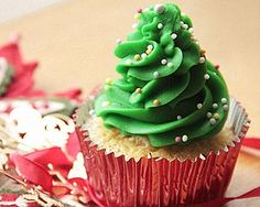 I love making cupcakes, only wish I had more time! Here are 11 cute christmas cupcakes that I've rounded-up for this holiday season. Christmas Tree Cupcakes, Little Christmas Trees, Christmas Desserts, Christmas Treats, Christmas Baking, Green Christmas, Christmas Goodies, Christmas 2016, Christmas Stuff