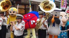 [赤帽首都圏]横浜元町ショッピングストリートでの交通安全パレードに加しました。   首都圏組合神奈川県支部では、9月30日に神奈川県警加賀町警察署の「秋の全国交通安全運動キャンペーン」の一環として横浜元町ショッピングストリートでのパレードに参加しました。   パレードでは警察関係者を先頭に、加賀町警察署一日警察署長=アイドルグループ、アイドリング!!!の横山ルリカさん、県警音楽隊、女性白バイ隊、あかぼうくん達と続き、「あかぼうボールペン」「あかぼうポケットティッシュ」「あかぼう団扇」などあかぼうグッズの配布を行い、あかぼうくんと交通安全の啓発を行いました。
