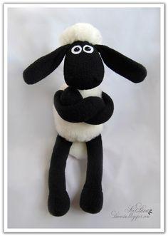 DIY pattern Shaun the sheep Sewing Projects For Kids, Sewing For Kids, Diy Crafts For Kids, Sheep Crafts, Felt Crafts, Sewing Toys, Sewing Crafts, Timmy Time, Shaun The Sheep