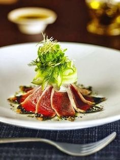 Culinary is an art.Seared ahi tuna with fredh herb oil … La cuisine est un art. Sushi Recipes, Gourmet Recipes, Fancy Food Presentation, Food Plating Techniques, Tuna Tataki, Food Decoration, Culinary Arts, Restaurant Recipes, Food Design