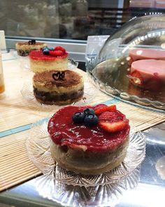 Torta monoporzione con un soffice pan di Spagna SENZA GLUTINE farcito con  ganache al cioccolato e crema alla vaniglia oppure con crema alla vaniglia e composta di lamponi...  #soft #senzaglutine #glutenfree #glutenfreefollowme #happyvegan #artigianale #bestofvegan #chiavari #celiachia #delicious #eatgood #food #govegan #homemade #happyvegan #veg #vegan #vegano #veganism #veganfood #veganfoodporn  #chiavari #liguria