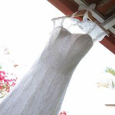 Cabide personalizado Amanda ♡ Rafael. Encomendas: contato@aramedeideias.com.br #aramedeideias #cabidepersonalizado #noivas #vestidodenoiva #makingof