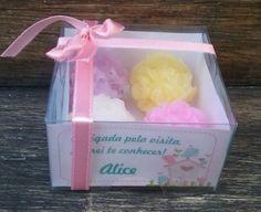 Os produtos Spumateria são 100% artesanal, confeccionados com exclusividade, carinho e dedicação! Utilizamos matéria prima de 1ª qualidade e hipoalergênica, tudo para preservar as propriedades, lhe proporcionar um banho delicioso, hidratante, lúdico e ainda por cima cuidar bem da pele. <br> <br>Mini esfera de rosas para lembrancinhas de nascimento, chá de fraldas, aniversário, etc. <br>São 4 mini sabonetes na caixinha personalizada. <br>Para maternidade sugerimos a essência cheirinho de…