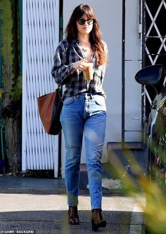 55f69c0000 Fifty Shades star Dakota Johnson stops for iced coffee on solo outing