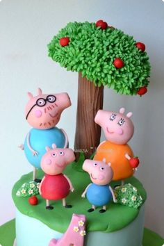 Peppa Pig First Birthday Cake Fondant Cake Toppers, Fondant Cakes, Peppa Pig Familie, Peppa Pig Birthday Cake, Fondant Figures Tutorial, Fondant Animals, Pig Party, Character Cakes, Novelty Cakes