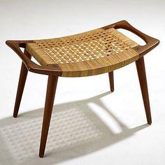 Banco com design moderno com assento revestido de palha (Foto:  Site LiveAuctioneers)