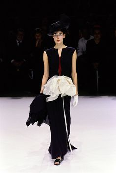 Yohji Yamamoto Spring 1999 Ready-to-Wear collection, runway looks, beauty, models, and reviews.