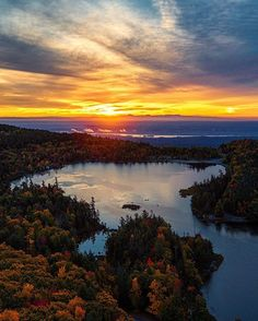 Morning @iloveny  what an amazing sunrise over North-South Lake! Our upstate adventure continues so check out @tomjauncey @jacob and @sam_kolder for some behind the scenes stories and hopefully, some inspiration to come and visit! #visitcatskills #partner