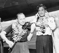 Jack Benny and Errol Flynn stop to entertain troops in Hawaii on their way to Korea to do a battery of USO shows in 1953 Hollywood Music, Old Hollywood Stars, Golden Age Of Hollywood, Vintage Hollywood, Classic Hollywood, Captain Blood, Jack Benny, George Burns, Errol Flynn