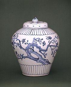 (Korea) Blue and white porcelain bottle. ca century CE. Ceramic Studio, Ceramic Clay, Ceramic Pottery, Korea Blue, Korean Pottery, Moon Jar, Blue And White China, Korean Art, Chinese Ceramics