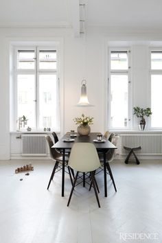 Eames chairs around dining table. Easy way to bring modern art into your home. Home Interior, Interior Architecture, Interior Design, Modern Interior, Dining Room Inspiration, Interior Inspiration, Interior Ideas, Scandinavian Home, Scandinavian Apartment