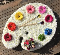 Artist palette funeral tribute Artist palette funeral floral tribute - saying goodbye to a talented Arrangements Funéraires, Funeral Floral Arrangements, Creative Flower Arrangements, Deco Floral, Floral Design, Fleur Design, Funeral Tributes, Flower Artists, Memorial Flowers