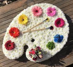 Artist palette funeral tribute Artist palette funeral floral tribute - saying goodbye to a talented Arrangements Funéraires, Funeral Flower Arrangements, Funeral Flowers, Deco Floral, Arte Floral, Floral Design, Flower Crafts, Flower Art, Fleur Design