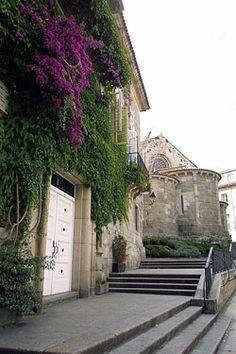 Conoce la Ciudad Vieja de A Coruña con esta ruta por sus iglesias, plazas y edificios históricos.